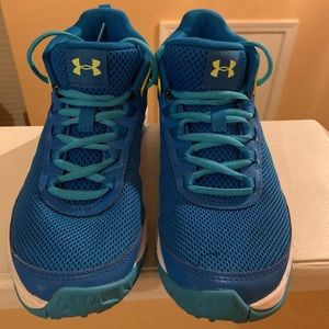 Kids size 4 Under Armour basketball shoes.
